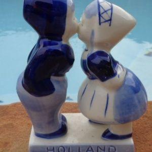 Holland Delft , Blue Dutch Boy and Girl Kissing